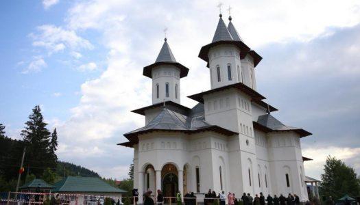 """6 ierarhi, prezenți la sfințirea Bisericii cu hramurile """"Acoperământul Maicii Domnului"""" şi """"Sfântul Mare Mucenic Gheorghe"""" din satul Cracăul Negru-Neamț"""